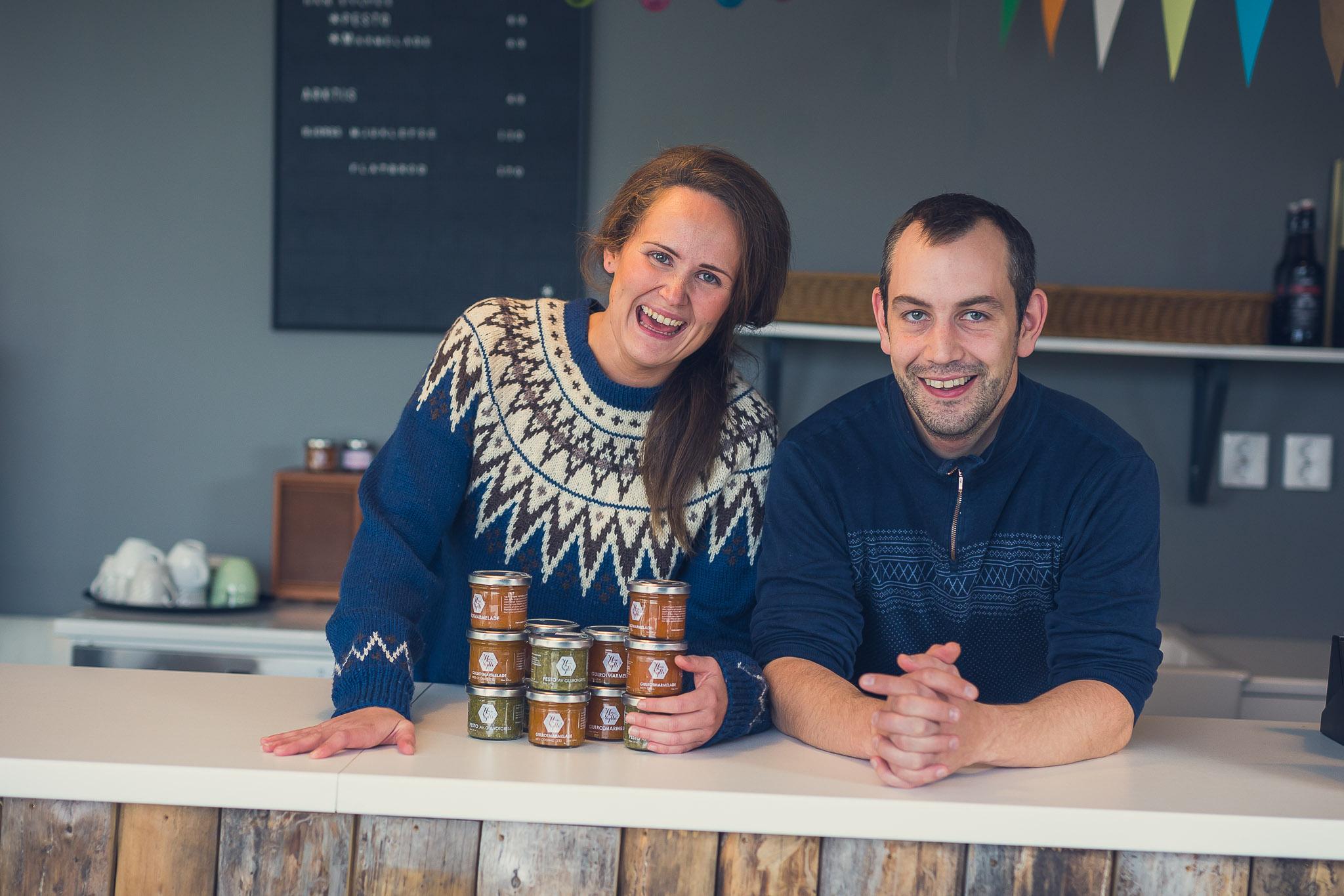 Mathilde og Håvard Winther hos Han Sylte i Valnesfjord står bak disken med et utvalg lokalproduserte marmelader