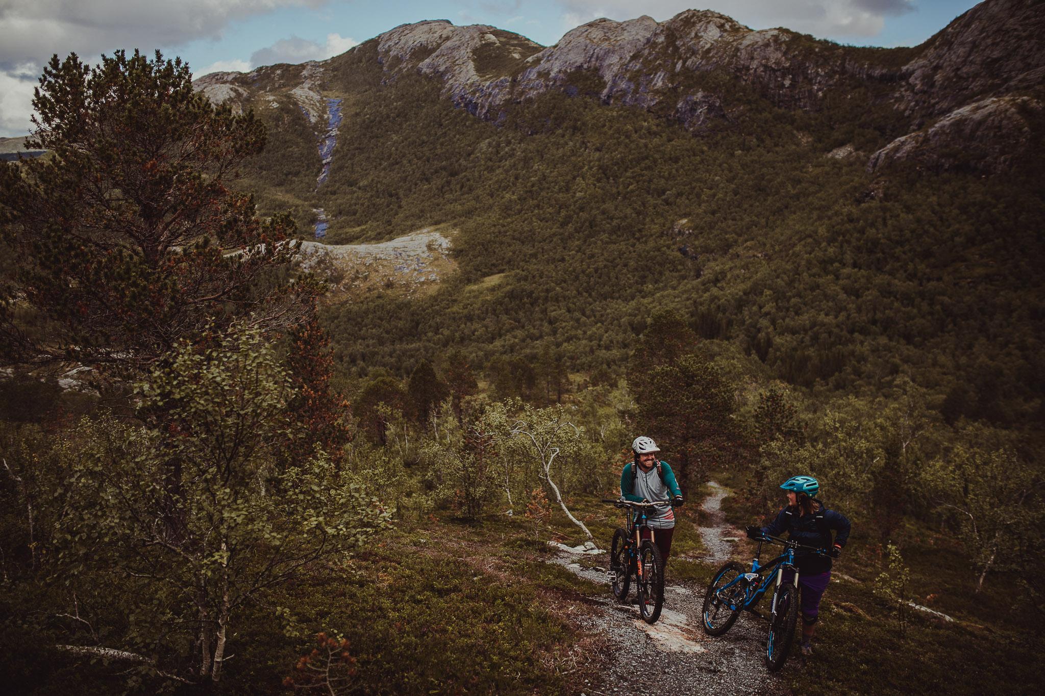 To syklister triller syklene sine på vei opp et fjell i Gildeskål Kommune