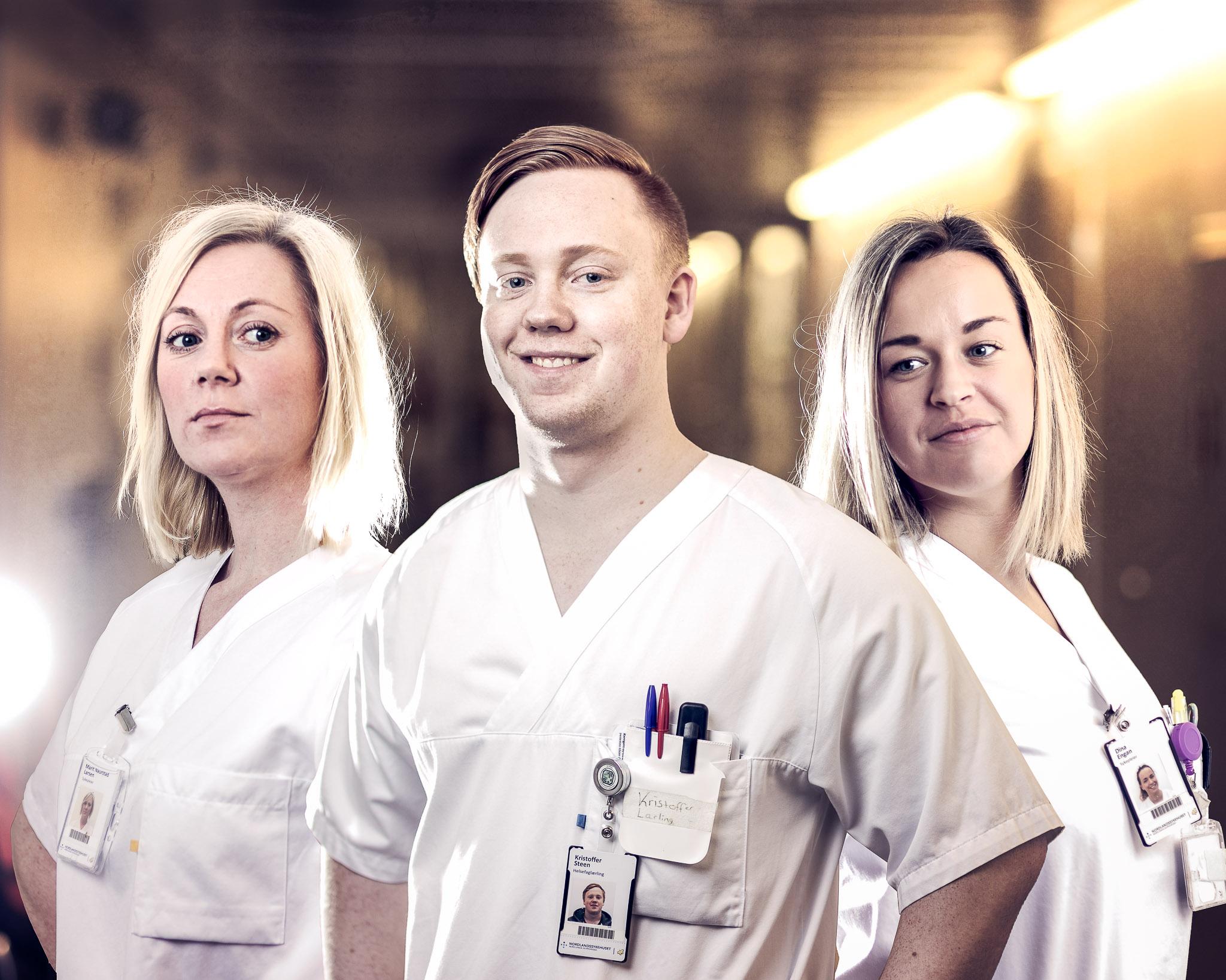 Tre sykepleiere poserer som helter