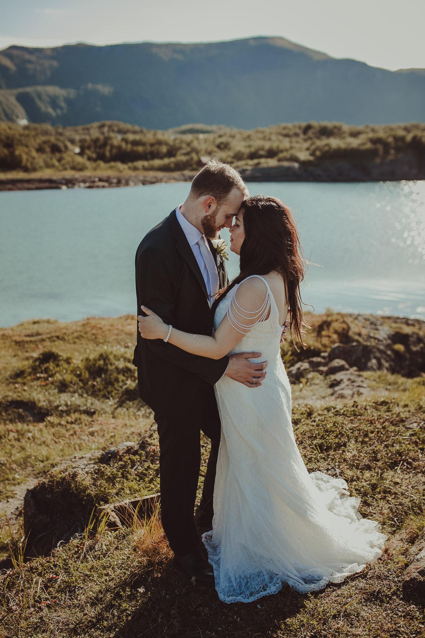 Brudepar står nært hverandre i Bodø