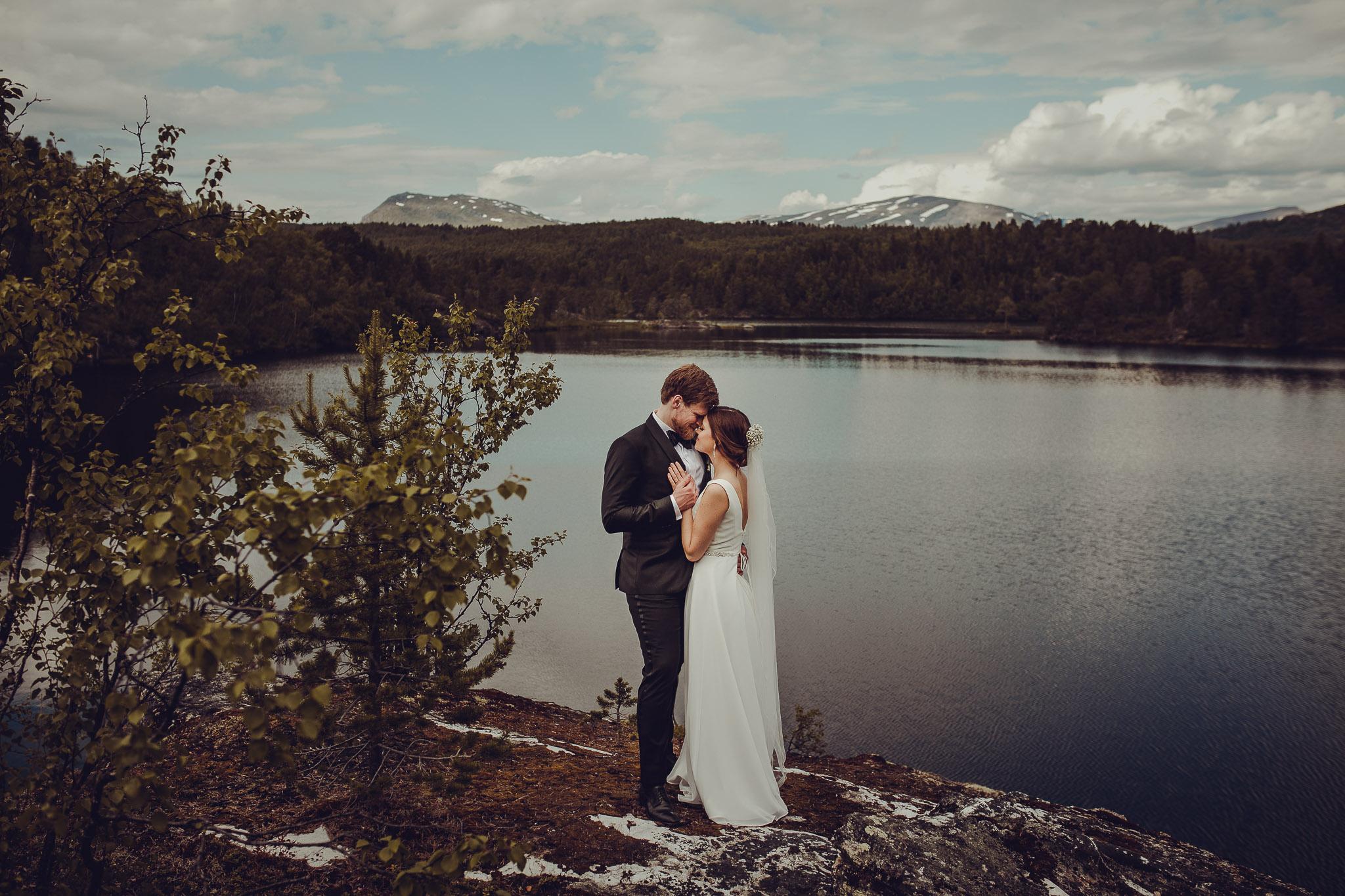 Brudepar står inntil hverandre ved camp nikka i tromsø
