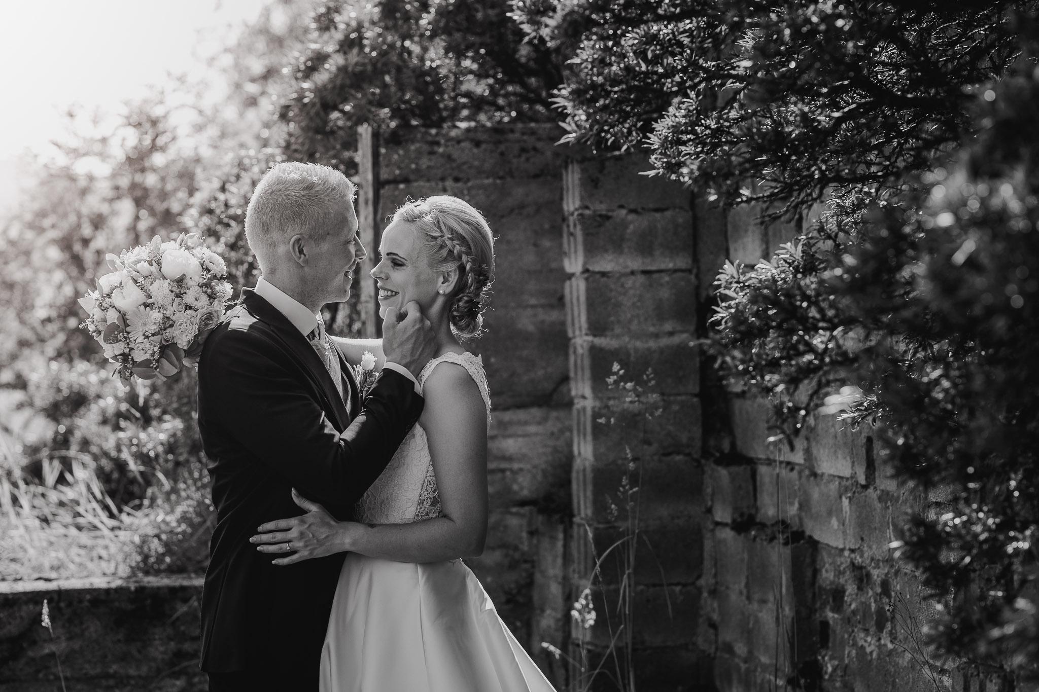 Romantisk brudepar i sol