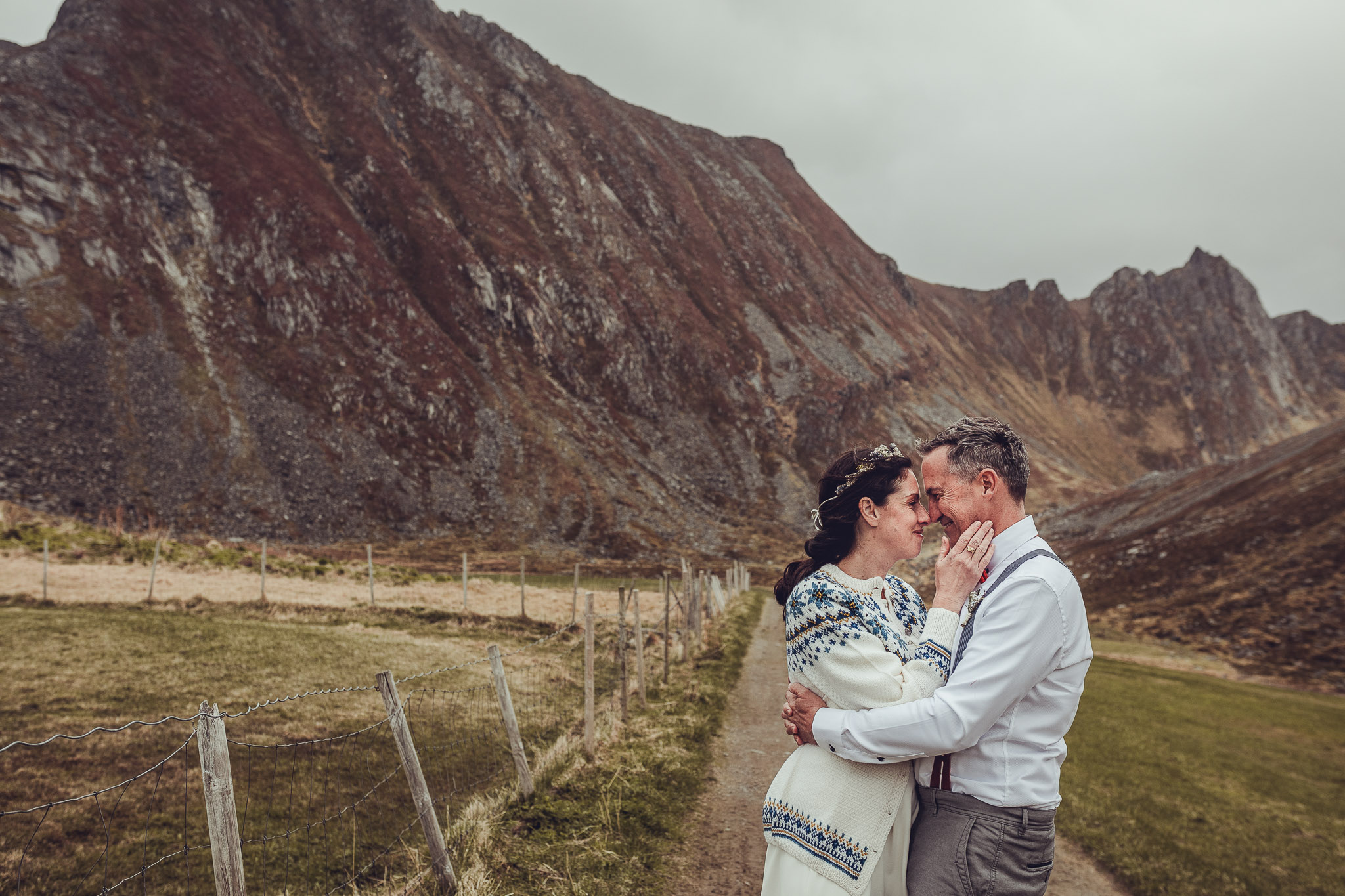 Wedding-couple-lofoten-mountains