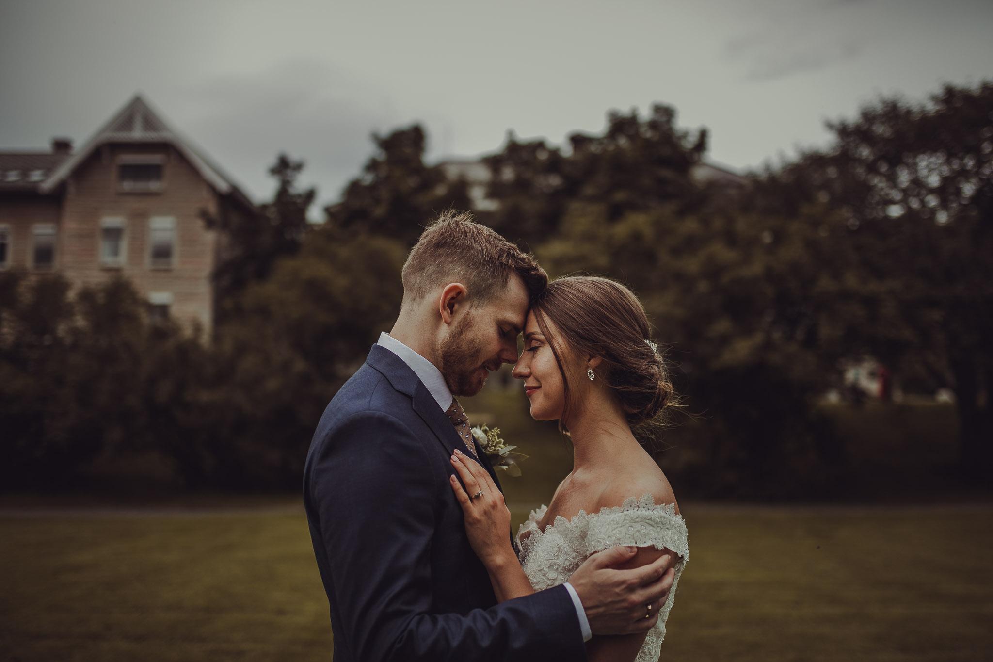 Brudepar i Bodø står nært og klemmer hverandre