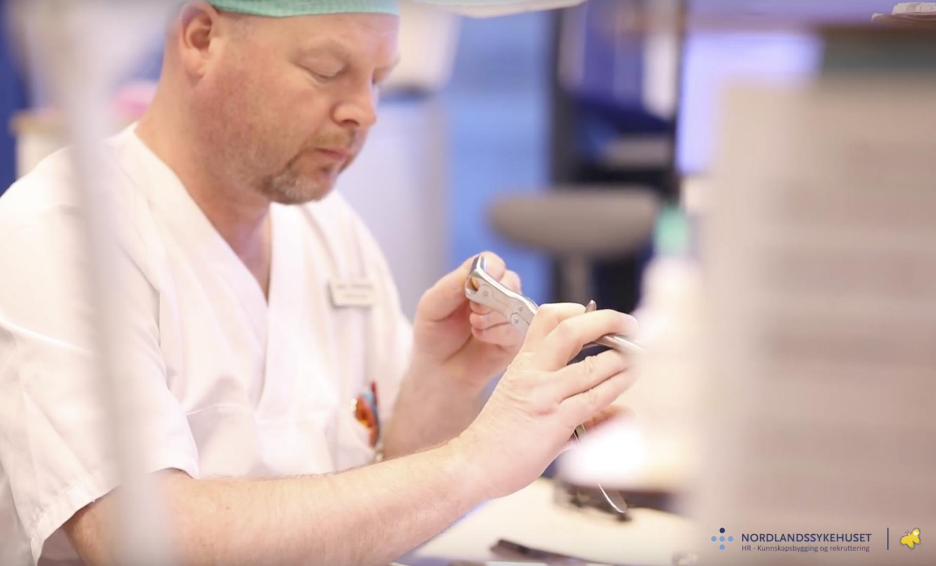 Arbeider ved sterilsentralen hos Nordlandssykehuset i Bodø sjekker kirurgisk utstyr etter vask