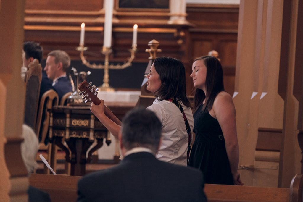 Dokumentarisk bryllupsfotografering i Lofotenkatedralen